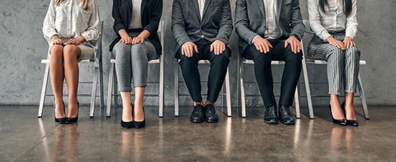 Personnes attendant pour un entretien d'embauche